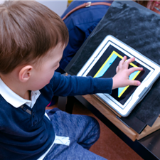 CHOOSE A SUITABLE WORKING SPACE   The child will work with his/her hands and engage its vision and motor skills. It should sit suitably, for instance in own seat with a table or by a work desk. Also, provide your child with a suitable (contrasting) colour scheme of the working surface.